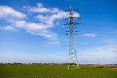 电在力量房子的传输塔 免版税库存图片