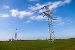 电在力量房子的传输塔 图库摄影