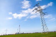 电在力量房子的传输塔 免版税图库摄影