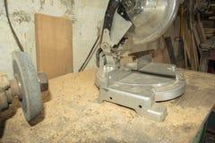 电在木头看见了在车间,为切开木制品,特写镜头 库存图片