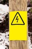电在木柱子的危险板材 免版税库存照片