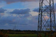 电塔和多云天空 免版税库存照片