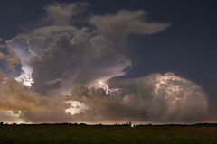 电天际-闪电在晚上 免版税库存照片
