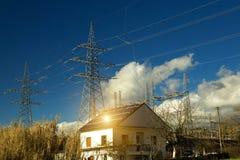 电太阳电池板光致电压的能量房子roo 免版税库存图片