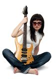 电女孩相当吉他藏品年轻人 免版税图库摄影