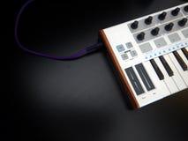 电子乐器或音频搅拌器或声音调平器在一台黑背景模式模件合成器 库存图片