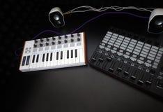 电子乐器或音频搅拌器或声音调平器在一台黑背景模式模件合成器 免版税库存图片