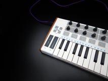 电子乐器或音频搅拌器或声音调平器在一台黑背景模式模件合成器 免版税库存照片