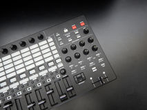 电子乐器或音频搅拌器或声音调平器在一台黑背景模式模件合成器 免版税图库摄影