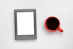 电子书和咖啡杯在桌上 库存图片