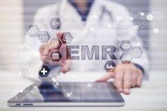 电子健康记录 她, EMR 医学和医疗保健概念 医生与现代个人计算机一起使用 免版税库存照片