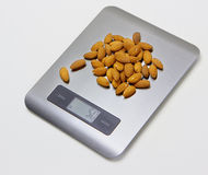电子厨房标度用杏仁 免版税图库摄影