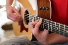 电子吉他吉他弹奏者现有量查出演奏六个字符串白色的人 免版税图库摄影