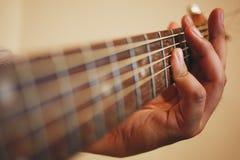 电子吉他吉他弹奏者现有量查出演奏六个字符串白色的人 免版税库存照片