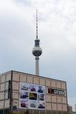 电子土星超级市场在Alexanderplatz的 库存照片