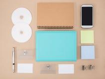 电子工具在每天生活中,笔记本聪明的电话cd 免版税库存图片