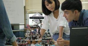 电子工程师的队,合作在项目修造机器人