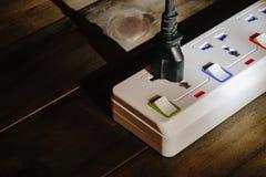 电子插座连接了到力量小条或引伸块  免版税库存照片