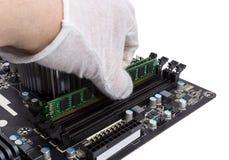 电子收藏-安装记忆模块在DIMM槽孔  库存照片