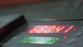 电子数字式拨号盘米柜台管子 塑料水管工厂制造  做塑料管的过程 图库摄影