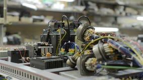 电子模块、开关、中转和缆绳在电路板登上 股票视频
