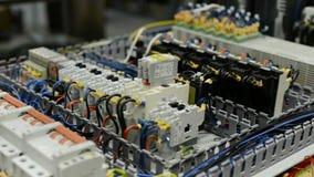 电子模块、开关、中转和缆绳在电路板登上 影视素材