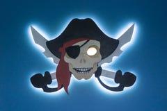 电子海盗行为 知识产权偷窃  在一个现代样式的海盗旗 您的文本的地方 图库摄影