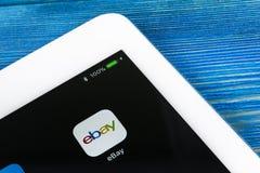 电子港湾在苹果计算机iPad赞成屏幕特写镜头的应用象 电子港湾app象 电子港湾 com是最大的网上拍卖和购物网站 库存照片