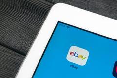 电子港湾在苹果计算机iPad赞成屏幕特写镜头的应用象 电子港湾app象 电子港湾 com是最大的网上拍卖和购物网站 库存图片