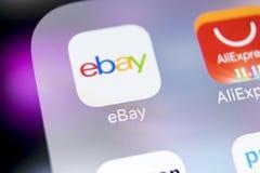 电子港湾在苹果计算机iPhone x屏幕特写镜头的应用象 电子港湾app象 电子港湾 com是最大的网上拍卖和购物网站 库存图片