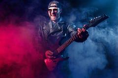 电子演奏射击工作室的吉他重金属的音乐家 射击在工作室 免版税库存图片