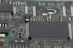 电子的董事会 委员会以元素为特色:芯片,二极管,电容器,阻气 浅深度的域 免版税库存图片