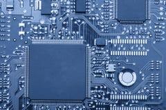 电子的董事会 委员会以元素为特色:芯片,二极管,电容器,阻气 浅深度的域 免版税图库摄影