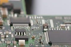 电子的董事会 委员会以元素为特色:芯片,二极管,电容器,阻气 浅深度的域 免版税库存照片