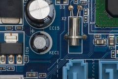 电子的董事会 委员会以元素为特色:芯片,二极管,电容器,阻气 库存图片