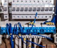 电子盘区、电工工作、一个机器人有导线的和开关的装配 免版税库存照片