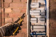 电子盘区、电工工作、一个机器人有导线的和开关的装配 库存图片
