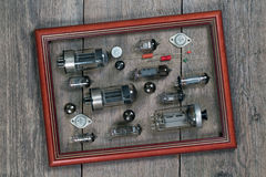 电子管和电子元件在一个框架在一个木选项 库存照片