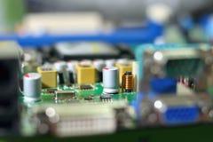 电子线路在与芯片槽孔,选择聚焦的绿色背景上 免版税图库摄影
