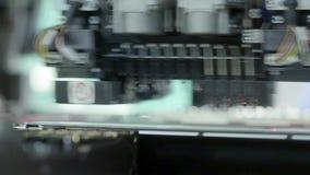 电子线路板生产 自动化的电路板机器导致打印的数字电子委员会 股票视频