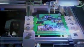 电子线路板生产 自动化的电路板机器导致打印的数字电子委员会 影视素材