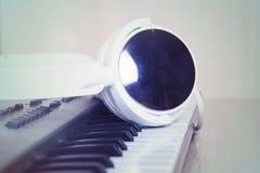 电子耳机关键董事会音乐钢琴合成器 电子耳机钢琴 免版税图库摄影