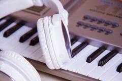 电子耳机关键董事会音乐钢琴合成器 电子耳机钢琴 库存图片
