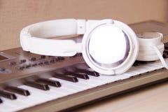 电子耳机关键董事会音乐钢琴合成器 电子耳机钢琴 免版税库存照片
