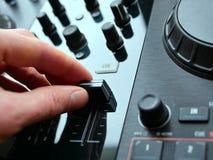 电子舞蹈音乐数字式音频dj适应与瘤,音量控制器,在edm节日 库存图片