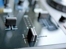 电子舞蹈音乐数字式音频dj适应与瘤,音量控制器,在edm节日 库存照片