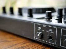 电子舞蹈音乐数字式音频dj适应与瘤,音量控制器,在edm节日 免版税库存照片