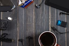 电子设备和元素在黑暗的木背景 安置文本 一个概念为父亲节 程序员的书桌 库存照片