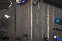 电子设备和元素在黑暗的木背景 安置文本 一个概念为父亲节 程序员的书桌 图库摄影