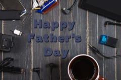 电子设备和元素在黑暗的木背景 安置文本 一个概念为父亲节 程序员的书桌 免版税库存图片